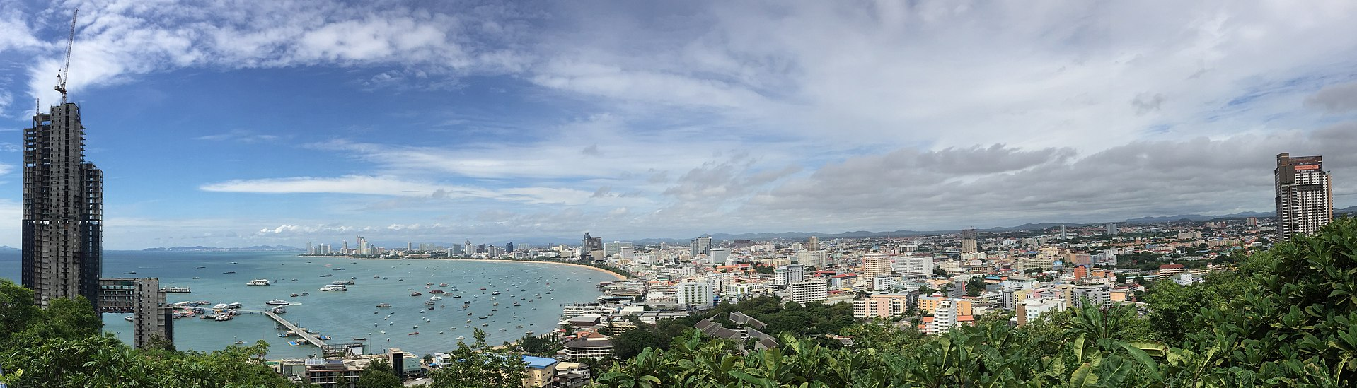 (ref:https://en.wikipedia.org/wiki/Pattaya#/media/File:Pattaya_panorama_view2.jpg)
